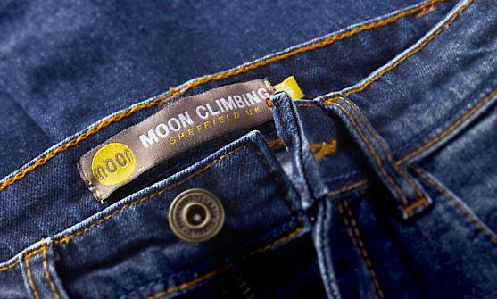 Ben Moon entwickelt mir seiner Marke Moon Climbing auch Hosen, die garnicht nach Klettern aussehen (Foto: moonclimbing.com).